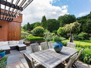 Veeve - A Charming Richmond Garden