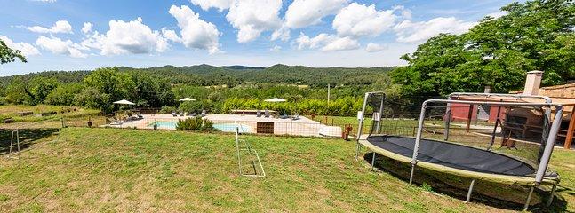 zona infantil y piscina con vistas a las montañas