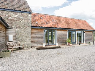 GOLDEN VALLEY BARN, exposed beams and en-suite, near Odbury-on-Severn
