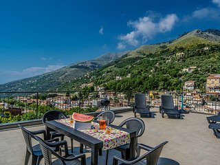 Newly refurbished 2 bedroom flat with a private panoramic terrace near Sorrento