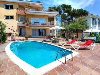 3 bedroom Apartment with Pool and Walk to Beach & Shops - 5806751