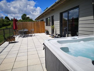 Oak View with private covered hot tub. Stunning views