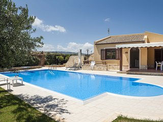 3 bedroom Villa with Air Con, WiFi and Walk to Beach & Shops - 5802720
