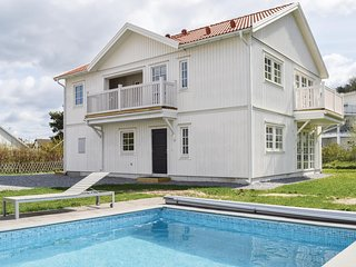 Beautiful apartment in Fjällbacka w/ Outdoor swimming pool and 3 Bedrooms