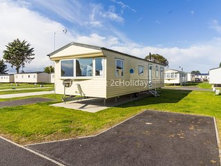 8 berth caravan for hire at Seawick holiday park in Essex ref 27034HV