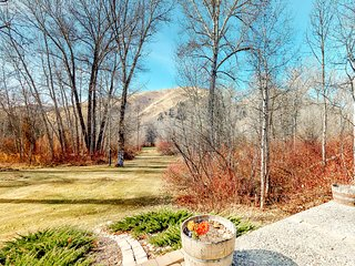 Dog-friendly, mountain getaway on two acres w/kitchen & fireplace