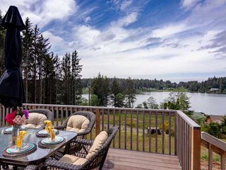 Peaceful Lake Retreat with Stunning Views! Pet Friendly, Walk to Siltcoos Lake,
