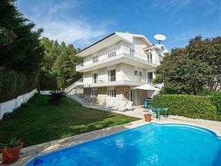 Villa D'Shaz - sleeps 12, private pool, bbq & sea views