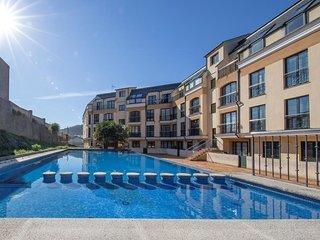 piscina de la urbanizacion para niños y adultos