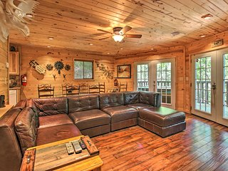NEW! Charming Cottage w/Hot Tub- 2 Mi to Downtown!