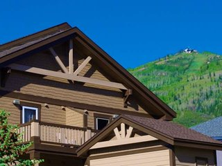 Mid Season/Spring Ski Sale! Walk to Mtn/Bus, Great Views, Spacious, Garage, Deck