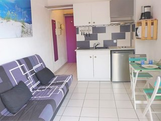 1 bedroom Apartment with Air Con and Walk to Beach & Shops - 5802493