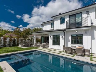 Spacious & Modern Farmhouse~Steps to Ventura Blvd, Pool/Jacuzzi, Outdoor Kitchen