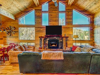 Upscale modern cabin w/ lovely views - great location!