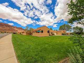 Lovely townhome with seasonal shared pool and hot tub, mountain views!