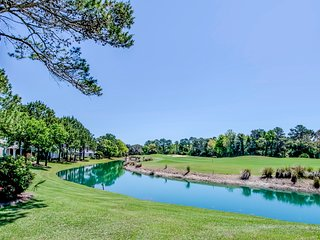 Golf view condo w/ on-site golf & tennis, plus shared indoor & outdoor pools