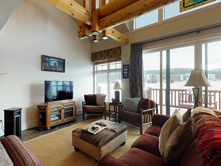 NEW LISTING! Beautiful condo with a private hot tub, 6 miles to Big Sky Resort