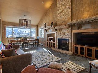 NEW LISTING! Mountain home w/ private hot tub, close to ski slopes - dogs OK