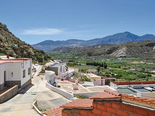 Amazing home in Sª Cruz de Marchena w/ 2 Bedrooms