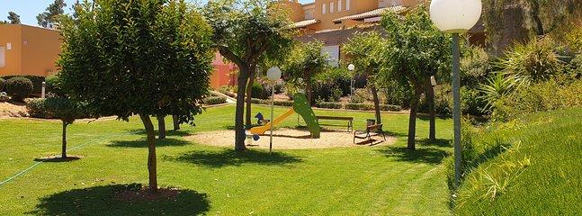 Zona ajardinada con juegos para niños (10 metros desde la terraza)