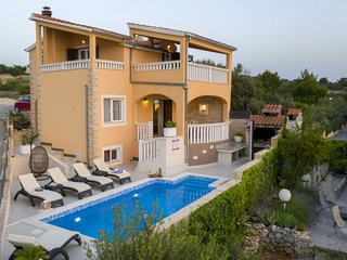 4 bedroom Villa with Air Con, WiFi and Walk to Beach & Shops - 5769508