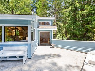 Secluded getaway in Gualala w/inviting decor & forest views from the deck