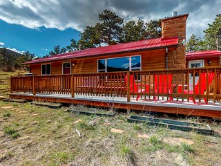 Quaint cabin w/ a porch, gas grill, & full kitchen - plus lake & mountain views
