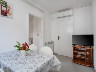 2 bedroom Apartment with Air Con, WiFi and Walk to Shops - 5807056
