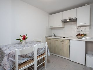 2 bedroom Apartment with Air Con, WiFi and Walk to Shops - 5807057