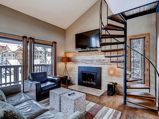 Gorgeous Condo on 4 O'clock Ski Run-Walk to Lift and Main Street-Pool Access