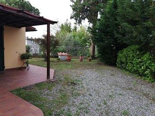 Casa in elegante stile rustico con giardino, immerso tra le colline toscane