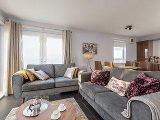 Bright Modern Edinburgh Central Apartment