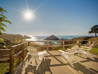 Dog-friendly, waterfront home w/ full kitchen & near the beach