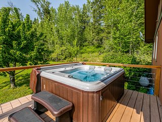 NEW LISTING! Luxury mountain home  w/furnished deck & lake view