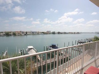 Waterfront Family Friendly Beauty, Gourmet Kitchen, Huge Balcony, Pool, 3 Full B