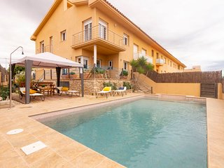 4 bedroom Villa with Pool, WiFi and Walk to Beach & Shops - 5807034