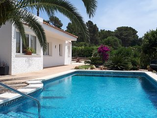 Lovely villa with sea views, a/c and private pool, very close to to the beach