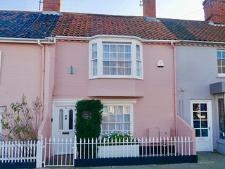 Oriel Cottage, Aldeburgh High St: cosy pet-friendly cottage with beach close by