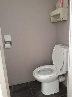 toilettes séparées de la salle de douche