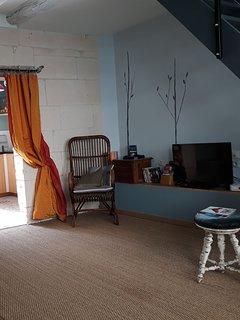 salon coin TV , chaînes via internet, lecteur DVD Blu Ray