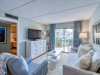 Ocean and Racquet -Fresh, updated Beach Condo -Awesome location in heart of St.