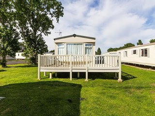 8 berth caravan for hire with decking at Seawick park Essex ref 27125