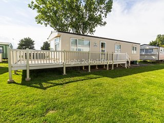 Brilliant caravan with decking at Seawick Holiday Park in Essex ref 27125S