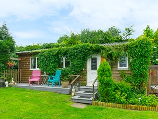 THE LOG CABIN, romantic, country holiday cottage, with a garden in Adforton