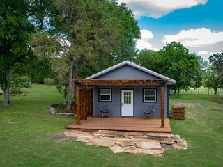 Hill country modern tiny home near river and lake Emilia Hideaway