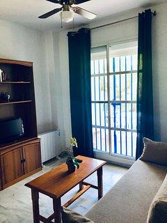 Salon con vista a al terraza, sofa nuevo de 2018,Televisión 19' con puerto UBS,ventilador techo.....