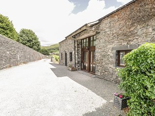 BANK END BARN, countryside setting, five bedrooms, large garden with hot tub