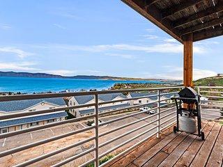 Tri-level condo w/ shared pool, hot tub, sports courts, & views of Bear Lake