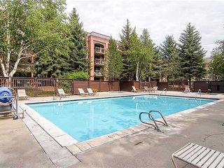 NEW LISTING! Great location w/ shared pool/hot tub, & dry sauna - walk to skiing