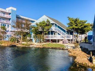 Two bay view apartments w/ furnished decks & free WiFi - two blocks to beach!